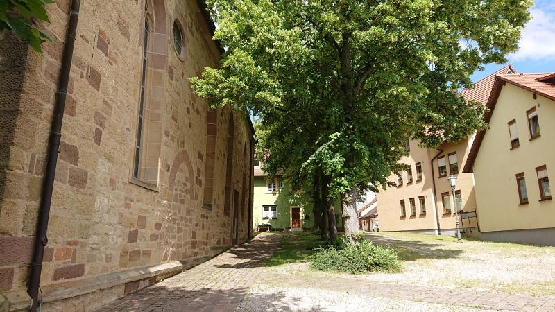 Kirchplatz seitlich der Michaelskirche Hilsbach